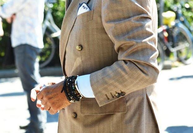 58f54943dfa 또하나의 스타일링 팁은 악세사리입니다 팔찌나 시계등으로 얇은 손목을 보완해주고 무늬가 들어간 양말로 얇은 발목을 커버할 수 있습니다. 마른남자정장  맞춤 ...