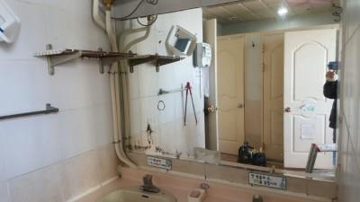 울산거울남구 무거동에 위치한학교 화장실 거울파손으로 교체작업