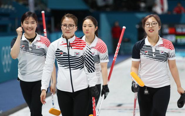 일본 컬링팀 한국산 딸기 먹방에 빡친 日장관 막말논란