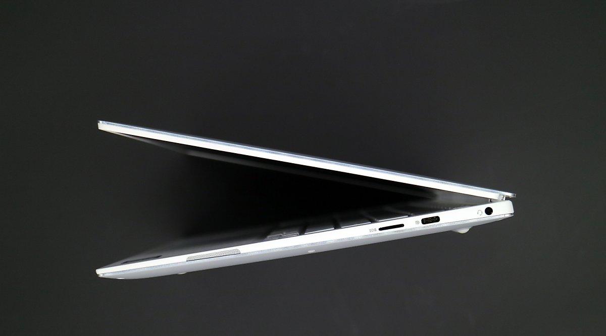 a29d998b60d 오른쪽에는 3.5mm 헤드폰 잭과 USB 타입C 단자, 마이크로SD 카드 리더가 있다. 마이크로SD 카드 리더는 스마트폰으로 찍은 사진을  노트북에 옮기는 가장 손쉬운 방법 ...