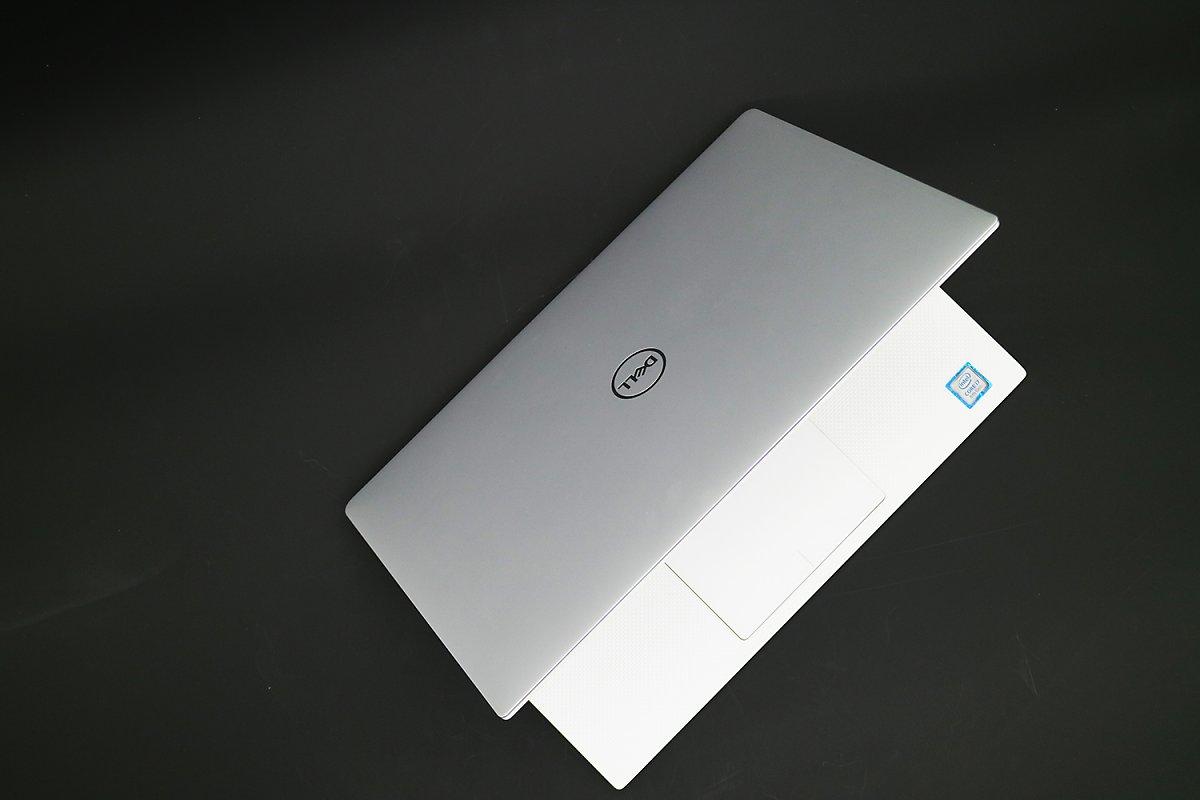8147720f36e 2019년형 델 XPS 13은 13.3인치 4K 터치스크린을 갖추고도 지나치다 싶을 정도로 작다. 덕분에 더 작은 12인치 화면의  맥북과 크기가 비슷하다.