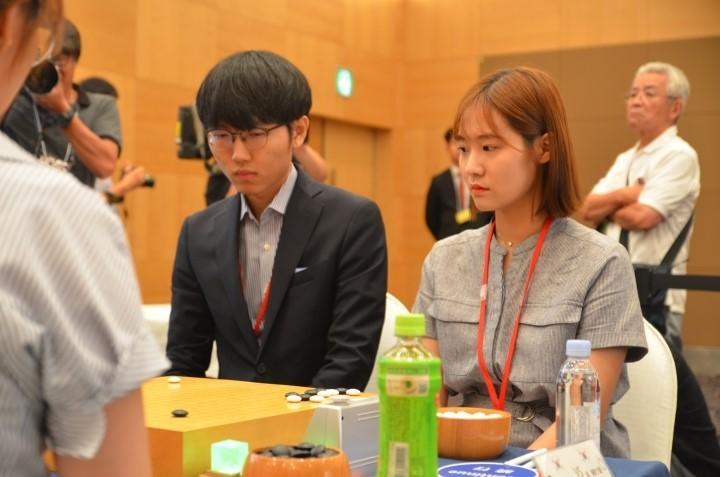 신진서(왼쪽)._오유진_페어(사진제공-국제페어협회).JPG