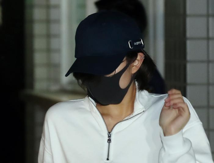 [홍정욱] 홍정욱 딸, 불법 대밀반입하다 체포. 나이가?